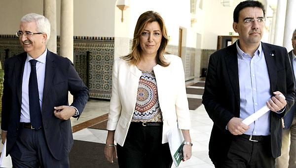 La presidenta de la Junta de Andalucía, Susana Díaz, acompañada por el consejero de Presidencia, Manuel Jiménez Barrios (i) y el portavoz del grupo socialista, Mario Jiménez (d), a su llegada al pleno del Parlamento. / Rául Caro (EFE)