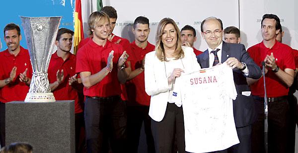 La presidenta de la Junta de Andalucía, Susana Díaz, recibe una camiseta del Sevilla FC de manos de su presidente José Castro. / José Manuel Vidal (EFE)