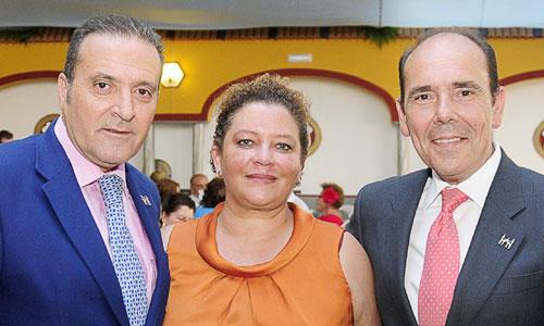 Victor García-Rayo acompañado por Antonio Portillo y Eloisa Dominguez, de La casa del nazareno. / Foto: F.J. Baños