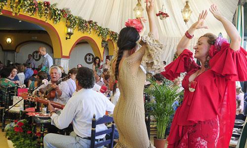El grupo de sevillanas Amigos de Gines amenizaron ayer el programa especial de Feria que El Correo de Andalucía Televisión ofrece todos los días desde las 14.00 horas en el set instalado en la caseta del agua de Emasesa. / Foto: F.J. Baños