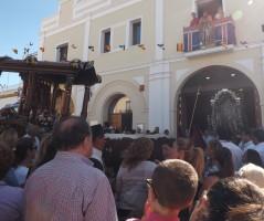 Momento en el que la carreta del simpecado de San Sebastián visitó la Hermandad del Rocío de Tomares.