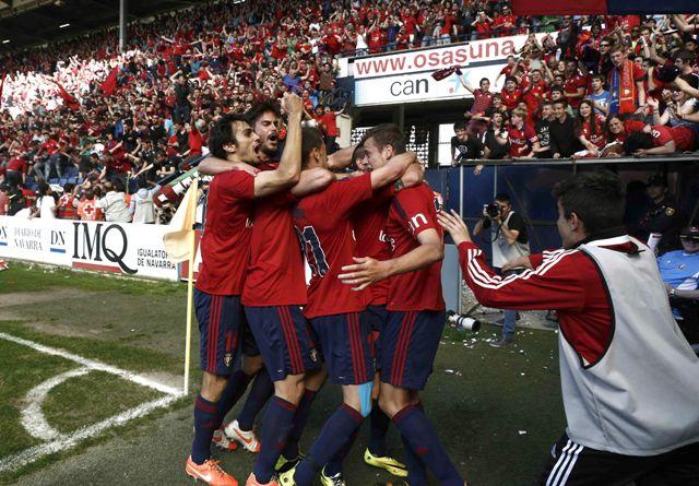 Los jugadores de Osasuna celebran el 1-0. A la izquierda, el principio de la avalancha / EFE