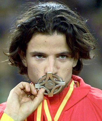 Yago Lamela besa la medalla de plata que conquistó en la final de salto de longitud de los Campeonatos del Mundo de Atletismo Sevilla'99 / EFE