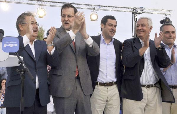 El presidente del Gobierno y líder del Partido Popular, Mariano Rajoy (2i), acompañado por el alcalde de Sevilla, Juan Ignacio Zoido (i), el presidente del PP andaluz, Juan Manuel Moreno (c), y Javier Arenas (2d), a su llegada al acto de campaña para las elecciones europeas que su partido ha celebrado este lunes en Sevilla. EFE/Raúl Caro