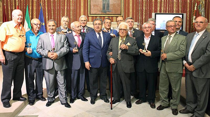 El presidente del Gobierno, Mariano Rajoy (c), acompañado por el alcalde de Sevilla, Juan Ignacio Zoido (i), y el presidente del PP andaluz, Juan Manuel Moreno (d). / EFE