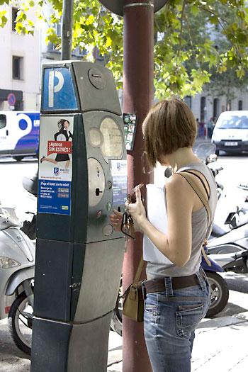 Una usuaria abona la cuota de zona azul en un parquímetro del centro de Sevilla. / Manu R.R.