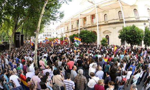 Manifestación en la plaza nueva pidiendo un referéndum sobre la monarquía, tras la abdicacion del Rey. / EFE