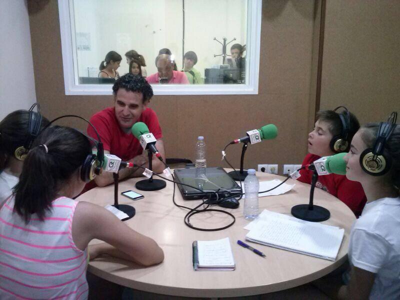 Alumnos del CEIPLa Esperanza graban el programa de radio con uno de los profesores.