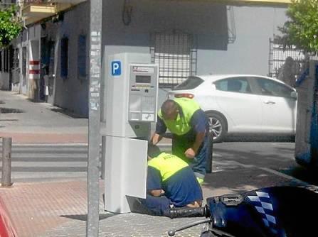 Los parquímetros instalados ya en Bami indican que entrarán en funcionamiento el próximo 16 de junio. / J. Gómez