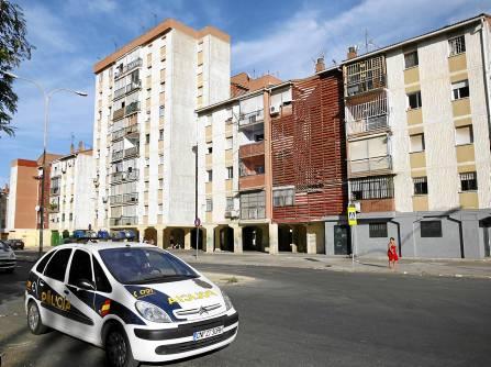 Vehículos de la Policía Nacional patrullan por las Tres Mil Viviendas. / Javier Cuesta