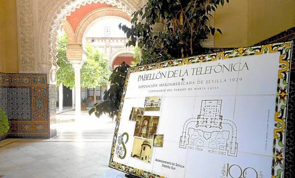 Cartel que recibe a los visitantes en el vestíbulo del edificio, diseñado por el célebre arquitecto Juan Talavera. /