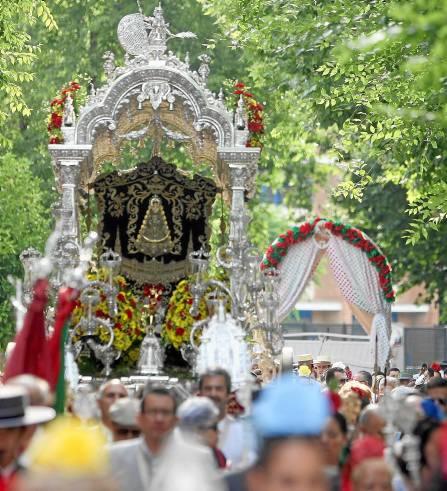 El Simpecado de Sevilla Sur inicia su peregrinación hasta El Rocío arropado por sus peregrinos. / Javier Cuesta