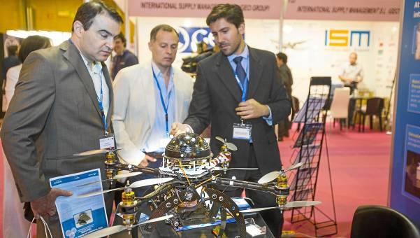 Asistentes al ADM atienden a las explicaciones ante uno de los prototipos que desarrolla el Catec. / Carlos Hernández