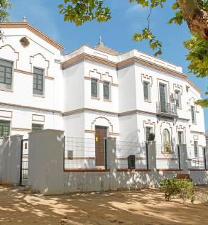 La fachada del centro ubicado en la Corredera del colegio San Eustaquio. / El Correo