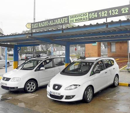 Parada de taxis junto a la estación del Metro en Mairena del Aljarafe. / Gregorio Barrera