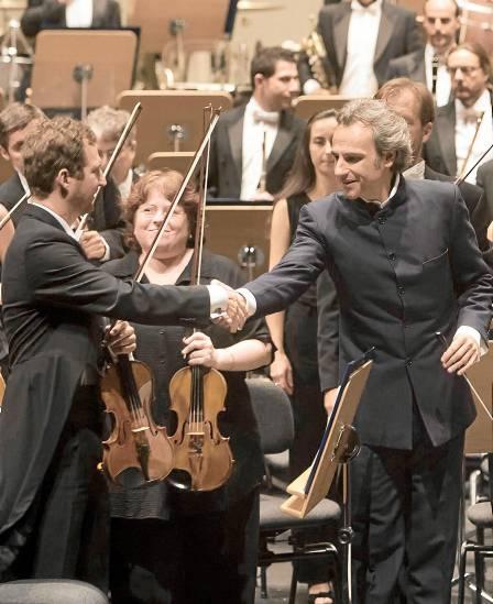 El maestro Pedro Halffter saluda después de uno de sus conciertos al frente de la ROSS. / Antonio Acedo
