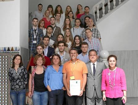 Estudiantes de la Universidad de Córdoba con su profesor, la consejera de Fomento y diputados de PSOE e IU. / El Correo