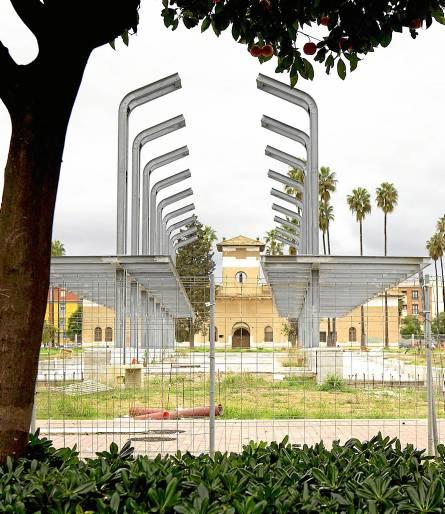 El futuro parque de la Ranilla, ahora entre vallas, posee estructuras de la antigua cárcel provincial. / Pepo Herrera