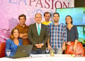 Otra parte del equipo trabaja desde el plató en Sevilla. / Jesús Barrera