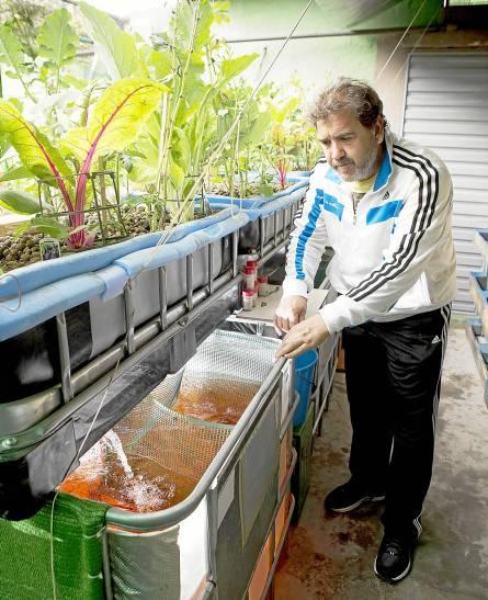 Juan Manuel Blanco, coordinador de la asociación, muestra una de las instalaciones en el patio de un vecino. / Pepo Herrera