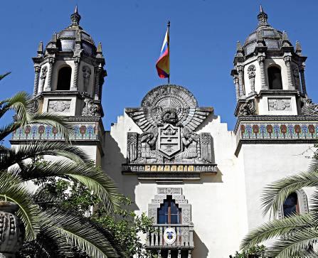 Los dos torres a ambos lados de la fachada, inconfundibles centinelas del pabellón de Colombia. / Antonio Acedo
