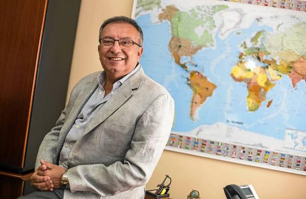 Francisco Pérez Barrera es el presidente de AMC Chemical y Trichodex, en las instalaciones de la compañía radicada en el polígono industrial La Isla. / CARLOS HANÁNDEZ