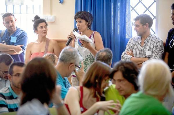 La eurodiputada electa de Podemos, Teresa Rodríguez, tomó la palabra ayer en la reunión de miembros del grupo en un instituto de Málaga. / Carlos Díaz