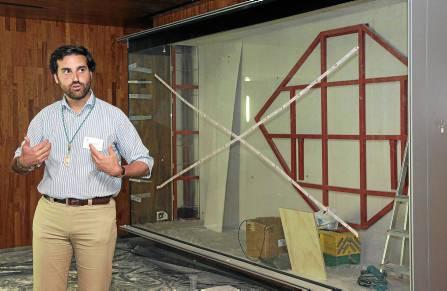 El delegado de Formación de la Matriz de Almonte, Manuel Galán, explica el contenido del futuro museo. / José Luis Montero