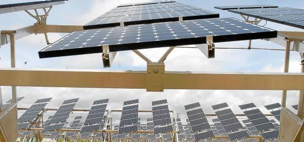 Planta solar fotovoltaica (una de las tecnologías renovables afectadas por los nuevos recortes) en la provincia de Granada. / JUAN FERRERAS (EFE)