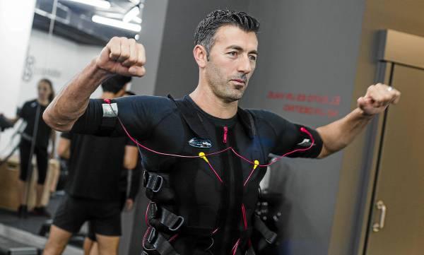 Alfred Xhilaga, uno de los dos socios de Body Solution, en el centro de entrenamiento personal que la empresa tiene en la céntrica calle Rosario de Sevilla. / CARLOS HERNÁNDEZ
