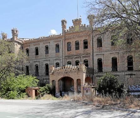 Estado actual del antiguo Cuartel de Caballería Alfonso XIII entre Bellavista yBermejales. / José Luis Montero