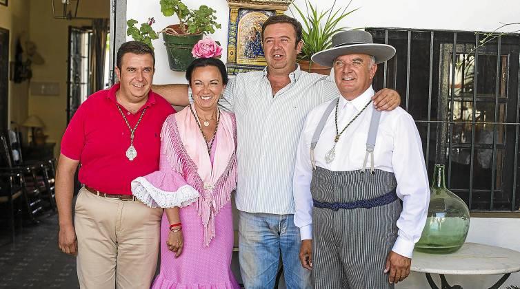 Los hermanos Pedro, Nati, Juan y José María Pérez de Ayala, en su casa del Rocío en la calle Bellavista. / Carlos Hernández