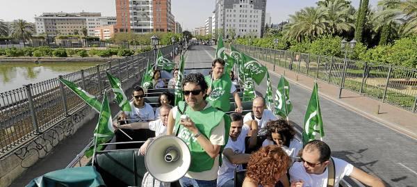 El autobús descubierto recorrió las calles del entorno de las sedes judiciales contra la supresión de plazas de funcionarios. / José Luis Montero