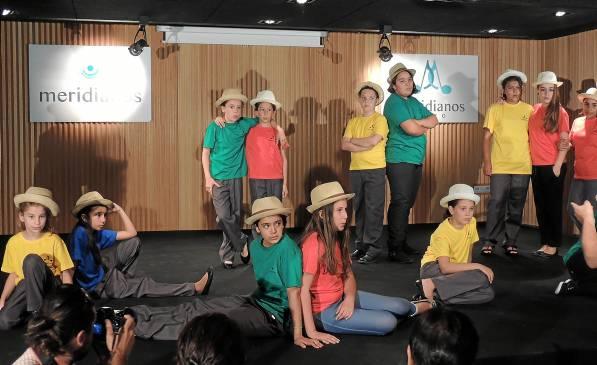 Niños del Polígono Sur durante el último ensayo al concierto que dieron sobre distintos ritmos del mundo en la sede del Comisionado.