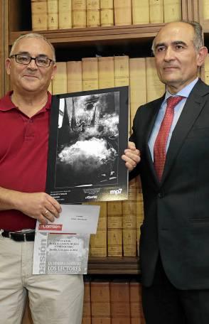 Roque Larios recibe el primer premio de manos del director de El Correo, David López.