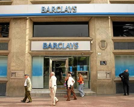 Una de las sucursales de la entidad financiera británica Barclays en la capital mañagueña. / EL CORREO