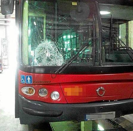 El autobús de la línea C1 atropelló a la joven en el cruce de Torneo con la calle Narciso Bonaplata. / El Correo