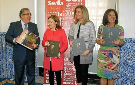 Zoido presentó el libro en Madrid con la vicepresidenta, la ministra de Empleo y la alcaldesa madrileña. / J. J. Guillén (EFE)