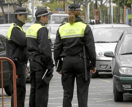 El nuevo reglamento de la Policía Local prohíbe a los hombres llevar el pelo largo. / José Manuel Cabello