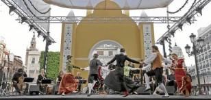 Como preludio musical a la jornada de hoy, la plaza de San Francisco acogió anoche el concierto 'Música para un cortejo' a cargo de Arcadiantiquia. / José Luis Montero