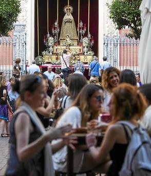 La Virgen del Voto asomó a la plaza del Salvador para recibir al Santísimo.