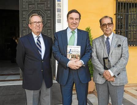 Pedro J. Ramírez, ayer en el Alcázar, con los historiadores Manuel Moreno y Rafael Sánchez Mantero. / Carlos Hernández