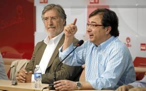 El precandidato José Antonio Pérez Tapias, el sábado, junto a Fernández Vara. / EFE