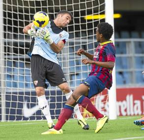 Juan Soriano atrapa con apuros un balón presionado por Ebwelle. / FC Barcelona