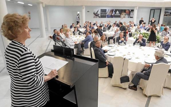 La Defensora del Pueblo participó ayer en una almuerzo-coloquio en el club Antares en el que habló de actualidad y también recordó su etapa de alcaldesa. / José Luis Montero