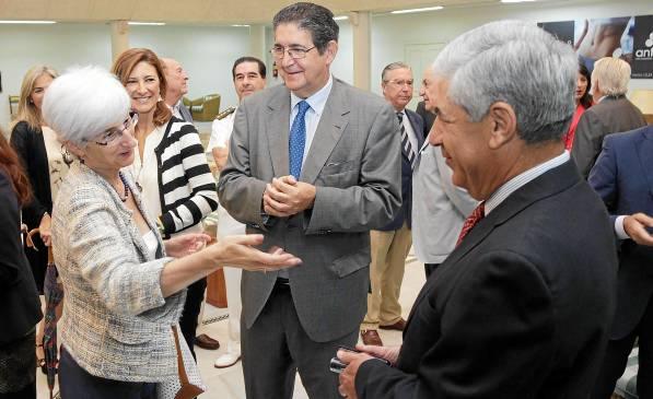 La fiscal jefe, María José Segarra; el decano de los abogados, José Joaquín Gallardo; y el presidente de la Audiencia Provincial, Damián Álvarez. / José Luis Montero