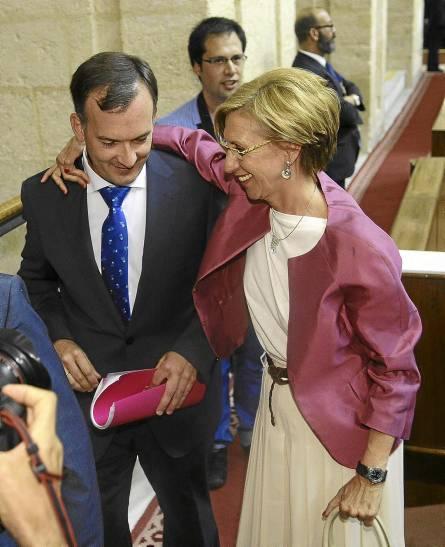 Rosa Díez junto a Martín de la Herrán ayer a su llegada al Parlamento andaluz. / Raúl Caro (EFE)