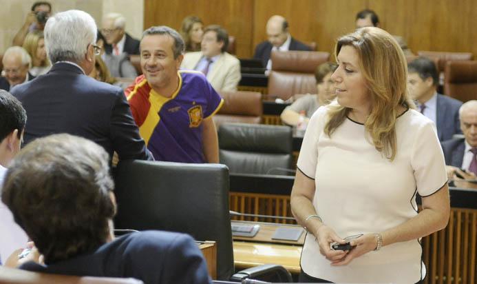 El portavoz de IU, José Antonio Castro, ayer, con la camiseta de la selección de los colores de la República, saluda al titular de Presidencia, ante Susana Díaz. / Raúl Caro