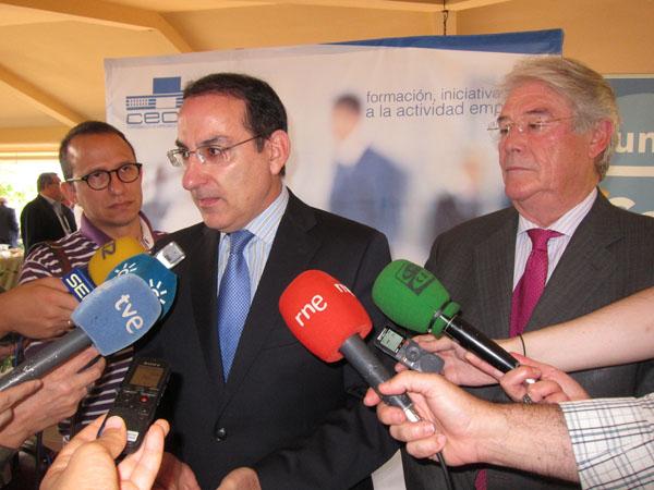Javier González de Lara, presidente de la CEA, atiende ayer a los medios en Córdoba. / El Correo
