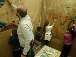 El profesor y un grupo de alumnos decorando la pirámide./ SALVADOR CRIADO